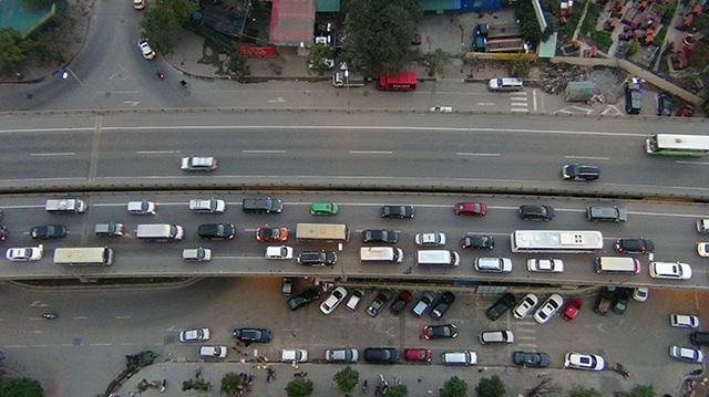 Ô tô xếp hàng trên đường trên cao mất rất nhiều thời gian không thoát được xuống đường Vành đai 3