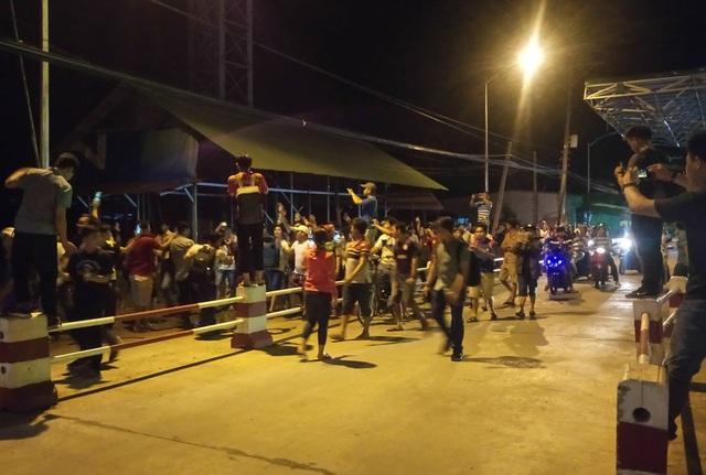 Các tài xế và người dân hò reo ăn mừng sau khi Thủ tướng quyết định tạm dừng thu phí tại trạm Cai Lậy trong 1-2 tháng.