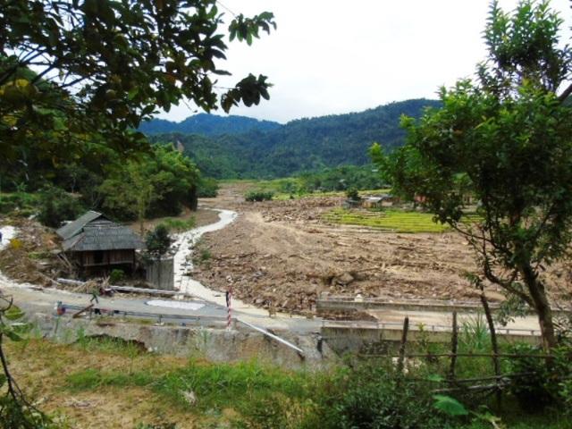 Phần lớn diện tích lúa, hoa màu của nhiều bản trên địa bàn xã Yên Khương đang chuẩn bị thu hoạch đã bị cuốn xuống sông.