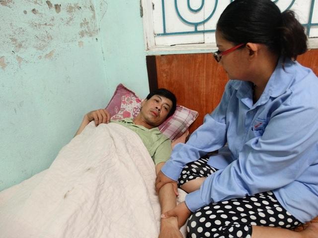 Không còn tiền để nằm viện, anh Minh phải trở về nhà để điều trị