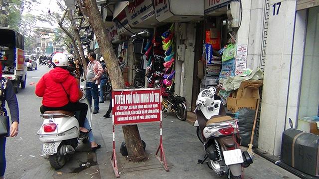 Ngay cả các tuyến phố văn minh đô thị cũng bị người dân biến vỉa hè thành nơi để xe máy