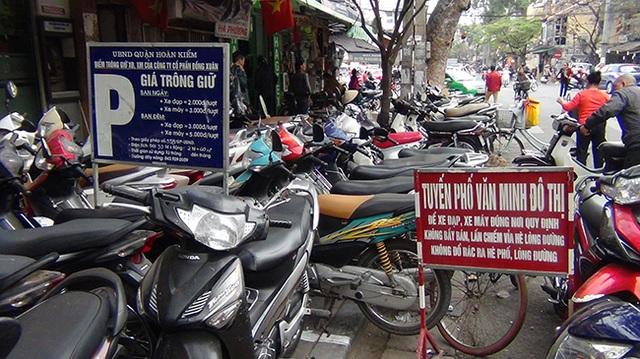 Quận Hoàn Kiếm cấp phép bãi trông giữ xe rộng khoảng gần 20m2 trên vỉa hè, nhưng người dân vẫn để bừa bãi xe xuống lòng đường