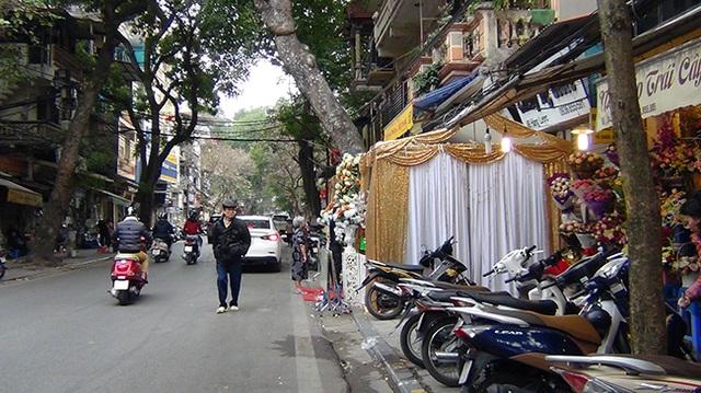 Trên phố Hàng Lược người dân còn quây cả vỉa hè vào làm đám cưới, đẩy người đi bộ xuống đường