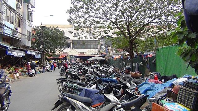 Dọc tuyến phố Cao Thắng, người dân không chỉ chiếm hết vỉa hè bày bán hàng, mà còn chiếm luôn cả lòng đường để xe máy