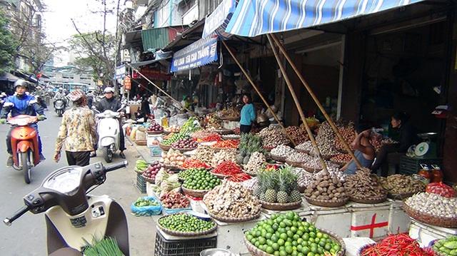 Rất dễ nhận ra những cửa hàng lấn chiếm vỉa hè lòng đường trên địa bàn quận Hoàn Kiếm. Tuy nhiên, tình trạng lấn chiếm vỉa hè những tuyến phố cổ ở Hoàn Kiếm vẫn diễn ra trong nhiều năm qua, còn người dân vẫn phải đi bộ dưới đường.