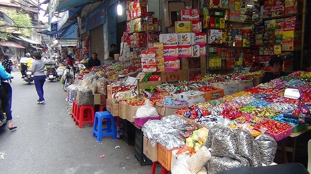 Người dân phố cổ thậm chí bắc cả sạp hàng trên mặt đường để bày bán bánh kẹo