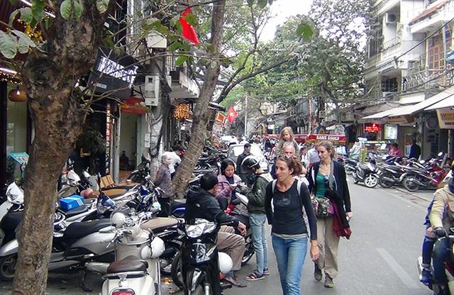 Các tuyến phố cổ trong quận Hoàn Kiếm (TP Hà Nội) được quy hoạch đồng bộ vỉa hè, lòng đường. Tuy nhiên, nhiều năm qua người dân vẫn vô tư lấn chiếm lòng đường, vỉa hè để xe hoặc kinh doanh buôn bán.