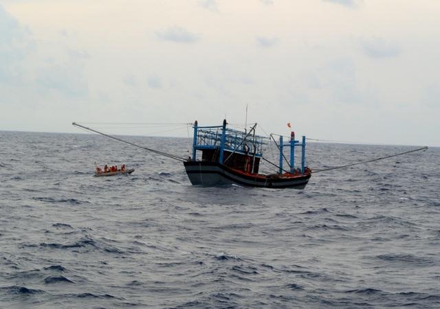 Lực lượng cứu hộ đang tiếp cận một tàu của ngư dân Quảng Nam bị nạn trên biển. (Ảnh tư liệu)