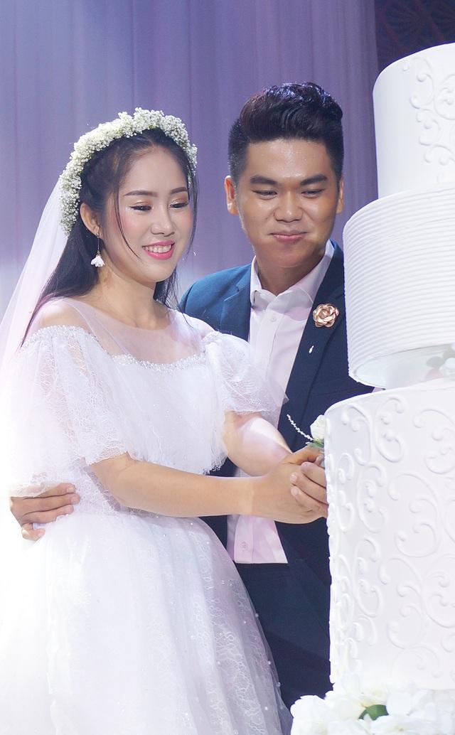 Cả hai thực hiện nghi thức cắt bánh cưới