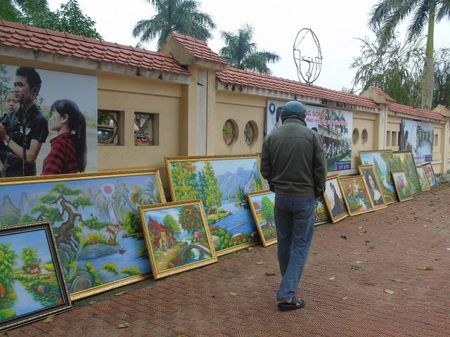 Tranh treo tường được bày bán trên vỉa hè tại TP Đồng Hới