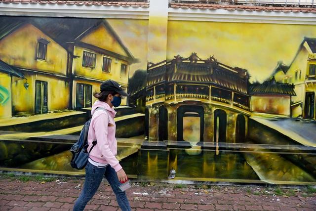 Chùa Cầu (Hội An) trên bức tường cũ ở Sài Gòn.