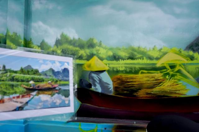 Các bạn trẻ đang hoàn thiện những công đoạn cuối bức tranh vẽ đồng quê Việt Nam.
