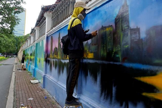 Các bạn trẻ ở các trường đại học tại TPHCM đang tô vẽ cho những bức tường cũ.