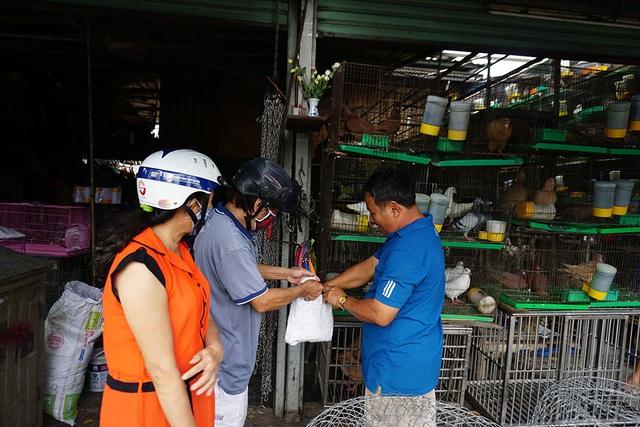 Tôi vẫn chưa tìm được mặt bằng mới, chắc phải đem hàng đi gửi rồi từ từ tính tiếp, ông Nguyễn Văn Tám, chủ cửa hàng bán chim cảnh chia sẻ.