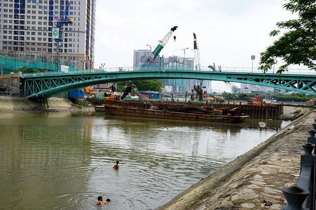 Cầu Mống bắc qua kênh Bến Nghé, nối liền quận 1 và quận 4 đang xuất hiện nhiều vết nứt lớn.