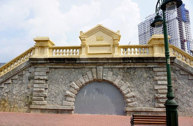 Cầu Mống là cầu đi bộ với lối kiến trúc cổ thời Pháp còn sót lại duy nhất ở TPHCM.