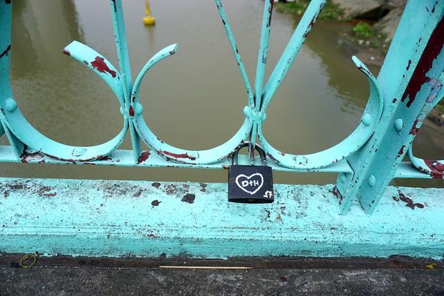 Giới trẻ Sài Gòn thường gọi cầu Mống là Cầu tình yêu vì nơi đây có nhiều bút tích, ổ khóa hình trái tim có khắc chữ các cặp đôi treo trên cầu.