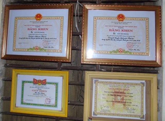 Với những nỗ lực học tập của mình, nhiều năm liền chàng trai Hầu Hải Phong đều đạt danh hiệu học sinh giỏi xuất sắc và được tặng nhiều bằng khen cấp tỉnh, thành phố