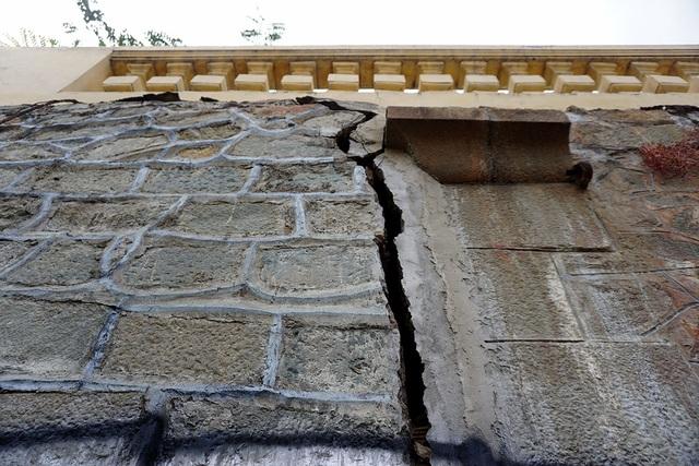 Ở đầu cầu phía quận 4, vết nứt rộng 3-5cm kéo dài từ dưới chân cầu lên đến hành lang.