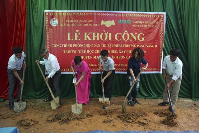 Phó TBT Báo điện tử Dân Trí, đại diện chính quyền huyện Mai Sơn, hiệu trưởng trường tiểu học Chiềng Kheo cùng đại diện Hội Cha mẹ Nhân ái trong lễ khởi công xây dựng điểm trường