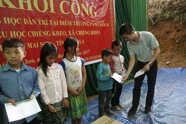 Phó TBT Báo điện tử Dân Trí trao tặng 10 suất học bổng với trị giá mỗi suất 500.000 đồng đến các em nhỏ có hoàn cảnh khó khăn ở bản Pắng Sẳng B, xã Chiềng Kheo