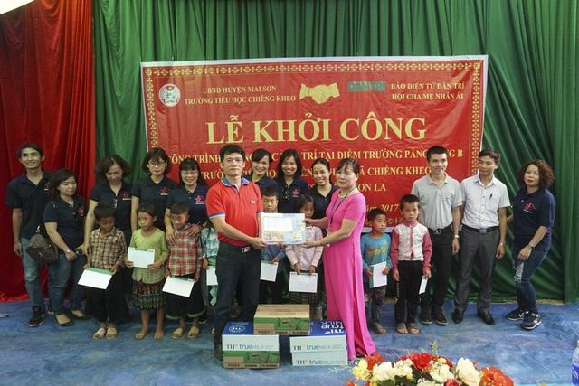 Phó ban Truyền thông và Công tác xã hội Báo Dân Trí Nguyễn Thế Nam tặng 15 bộ sách giáo khoa mới do bạn đọc ủng hộ đến hiệu trưởng trường tiểu học Chiềng Kheo