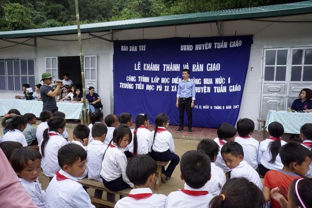 Phó TBT Báo điện tử Dân Trí Phạm Tuấn Anh phát biểu trong lễ khánh thành và bàn giao điểm trường phòng học Dân Trí tại bản Hua Mức 1 trước sự vui mừng của các thầy cô và học sinh trường tiểu học Pú Xi.