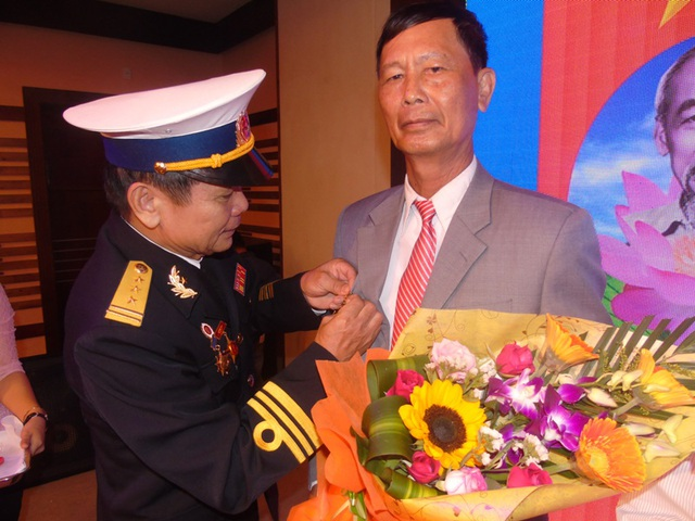 """Trao Huy hiệu """"Chiến sĩ Trường Sa"""" cho các cán bộ, thuyền viên tàu Thuận An 02."""