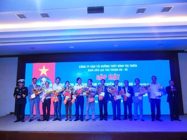 Bộ tư lệnh Hải quân đã trao tặng Huy hiệu Chiến sĩ Trường Sa cho 15 cán bộ, thuyền viên tàu Thuận An 02