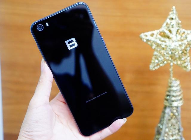 """Ngay mặt lưng, người dùng sẽ thấy một logo """"B"""" quen thuộc. Các góc cạnh được vát cong mềm mại và nắp lưng được xử lý cho khả năng cầm nắm chắc chắn."""