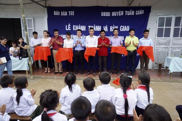 Đại diện chính quyền địa phương, đại diện phòng GDĐT huyện, đại diện trường tiểu học Pú Xi và Phó TBT Báo điện tử Dân Trí cắt băng khánh thành điểm trường ở bản Hua Mức 1