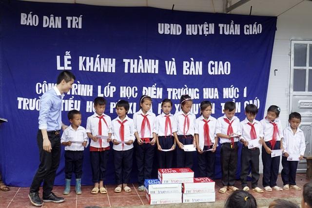 Phó TBT Phạm Tuấn Anh trao 50 suất học bổng trị giá mỗi suất 200.000 đồng đến toàn bộ học sinh điểm trường Hua Mức 1