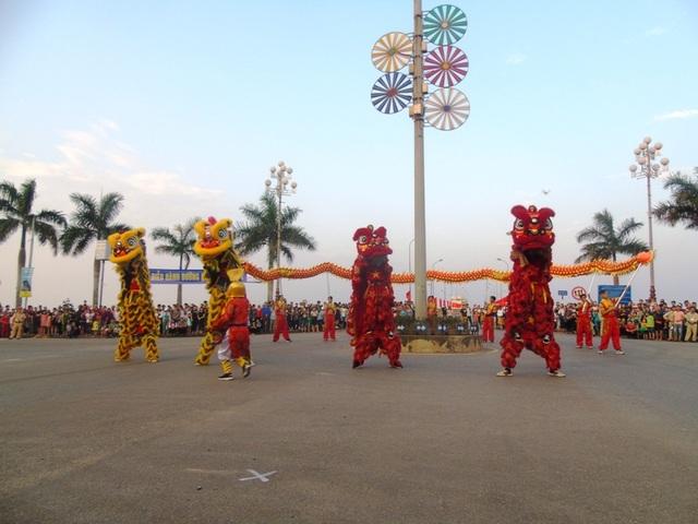 Tiết mục múa lân, múa rồng đầy sôi động mở đầu cho lễ hội diễu hành đường phố