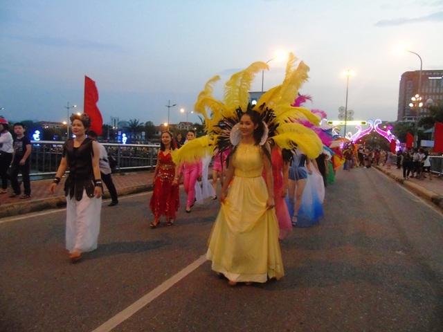 Phần trình diễn trang phục rất độc đáo và bắt mắt đến từ các giáo viên tại nhiều trường học trên địa bàn thành phố Đồng Hới.