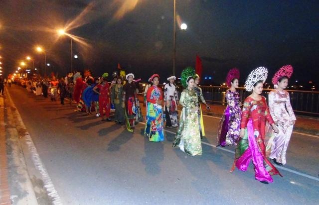 Quảng Bình: Tưng bừng lễ hội diễu hành đường phố và múa bông, chèo cạn - 5