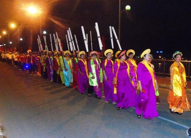 Đoàn diễu hành đi qua cầu Nhật Lệ để tiến về quảng trường biển Bảo Ninh