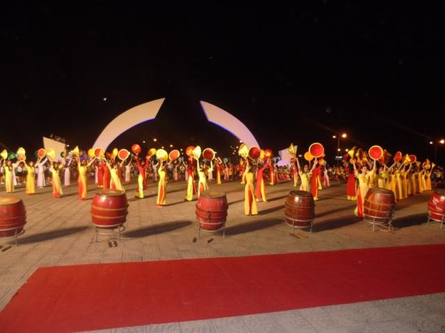 Quảng Bình: Tưng bừng lễ hội diễu hành đường phố và múa bông, chèo cạn - 7