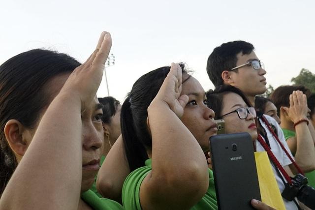 Người dân thực hiện nghi thức chào cờ trong tiếng nhạc Quốc ca hùng tráng.