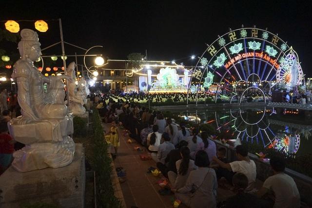 Toàn cảnh buổi lễ Vu Lan tại chùa Ninh Tảo. Nhiều gia đình tham dự đầy đủ các thành viên từ người lớn đến trẻ nhỏ.