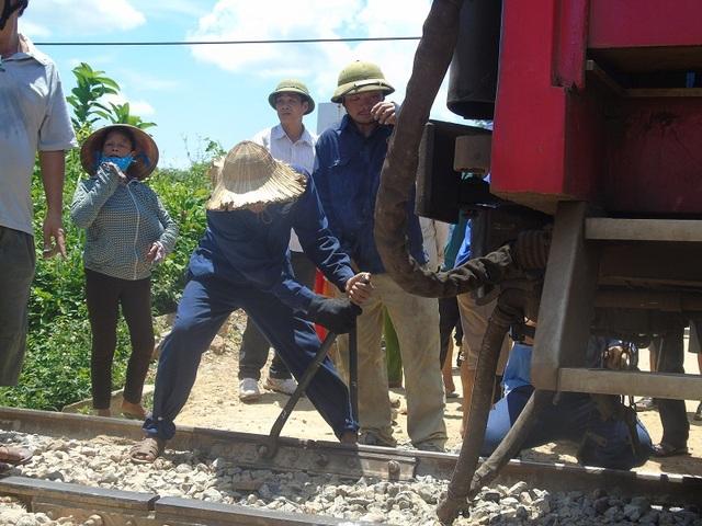Các công nhân đường sắt căng mình giữa nắng nóng để khắc phục sự cố