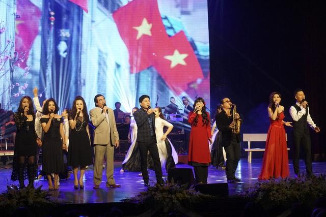 Tiết mục mở màn Hà Nội ngày trở về với sự tham gia của các nghệ sĩ.