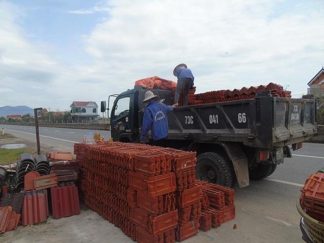 Nhiều cửa hàng vật liệu xây dựng thuê xe lấy ngói từ các đại lý lớn để phục vụ người dân