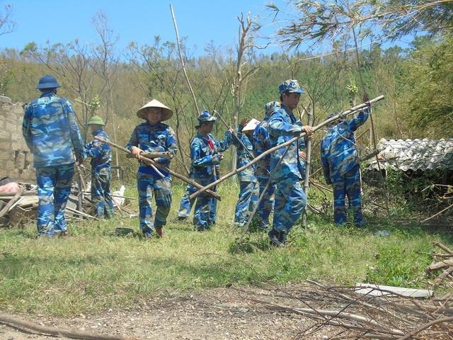 Các chiến sỹ Hải đội 102 có mặt tại xã Quảng Đông để giúp đỡ người dân