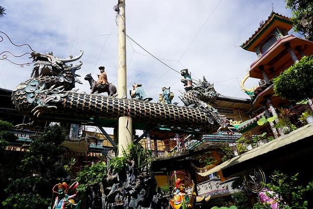 Ngôi chùa 150 tuổi làm từ 30 tấn mảnh sành ở Sài Gòn - 15