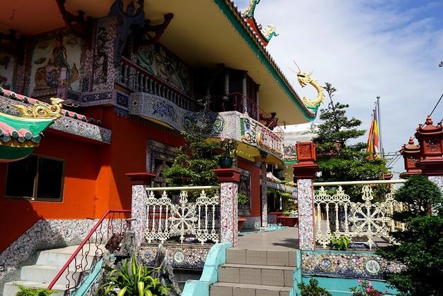 Ngôi chùa 150 tuổi làm từ 30 tấn mảnh sành ở Sài Gòn - 14