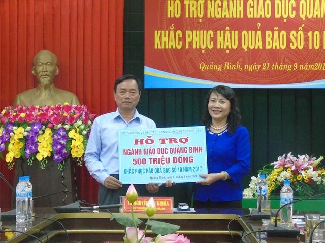 Thứ trưởng Nguyễn Thị Nghĩa thay mặt Bộ GD-ĐT, Công đoàn Giáo dục Việt Nam trao hỗ trợ 500 triệu đồng cho ngành giáo dục Quảng Bình.