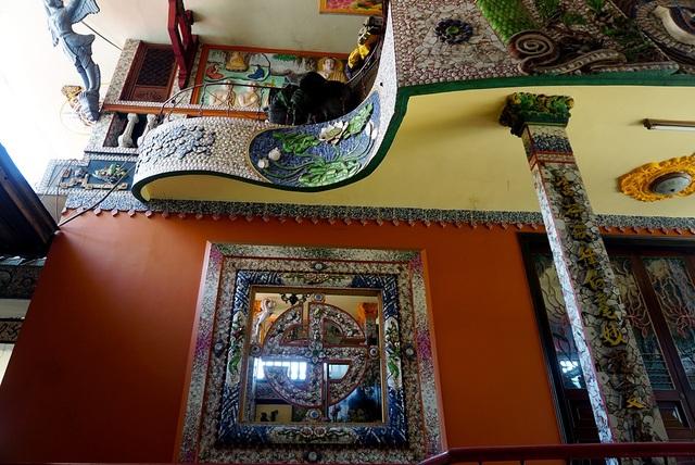 Từ năm 1961 đến 2014, chùa đã sử dụng hơn 30 tấn sành sứ phế liệu để gắn lên diện tích 3.886 m2.