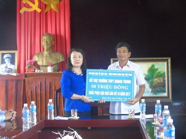 Hỗ trợ Trường tiểu học số 2 Quảng Phú và Trường THPT Quang Trung mỗi trường 50 triệu đồng.