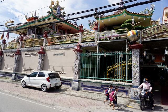 Ngôi chùa 150 tuổi làm từ 30 tấn mảnh sành ở Sài Gòn - 8