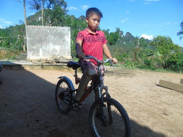 Kiên trì tập luyện, em còn có thể đạp xe đến trường bằng đôi chân giả